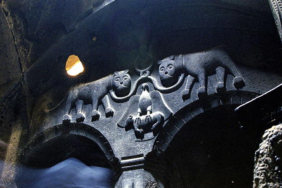 Монастырь Гегард старые рисунки на камнях